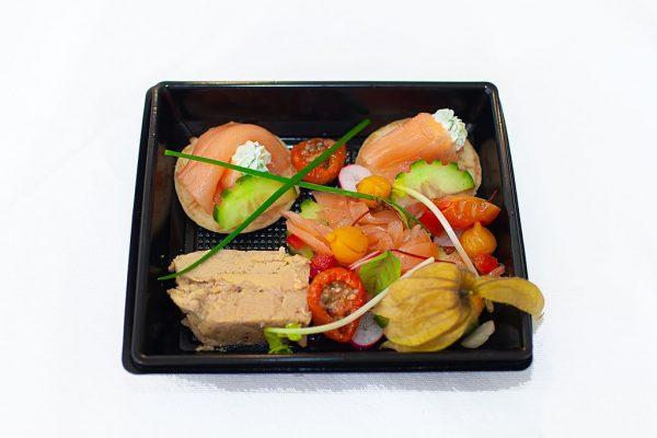 LECOMTE TRAITEUR Assiette terre et mer Blinis saumon fumé et sa crème montée ciboulette, foie gras, compotée d'oignons et son toast
