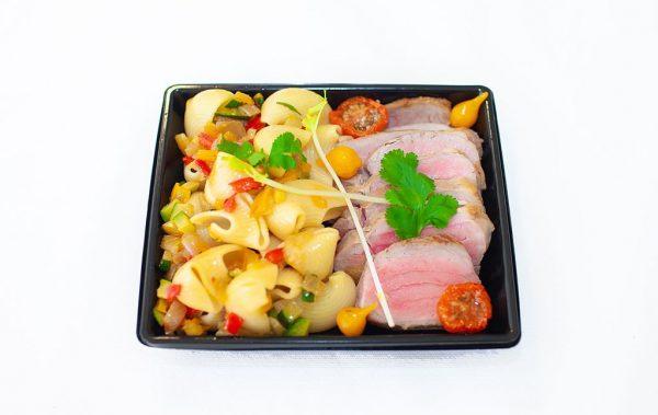 LECOMTE TRAITEUR Emincé de filet mignon en cuisson lente, crème de champignons, conchiglies aux petits légumes