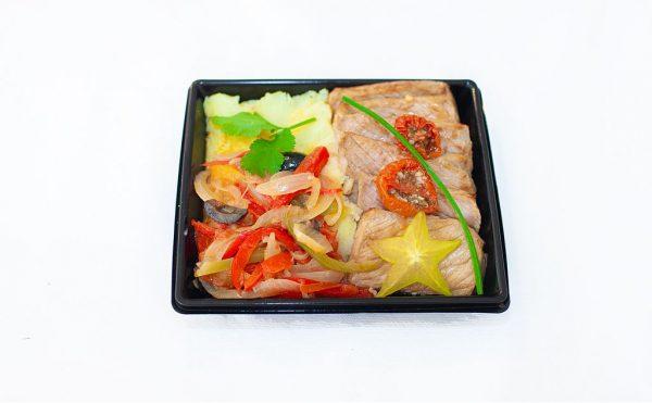 LECOMTE TRAITEUR Filet mignon de veau, piperade aux olives, écrasé de pomme terre à l'huile d'olive vierge « première presse »