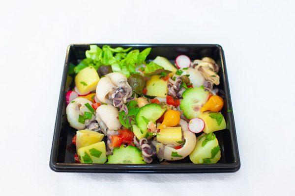 LECOMTE TRAITEUR Salade de la mer mesclun, encornet, moule décortiquée, pomme de terre, poivron rouge, câpres, coriandre et basilic frais, vinaigre de Xeres